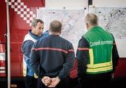 Mitglieder verschiedener Blaulichtorganisationen informieren sich über Fluchtwege in der Innenstadt. (Bilder: Reto Martin)