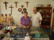 Annemarie Lippitz-Bissig und Mäni Camenzind blicken auf jahrelange ehrenamtliche Tätigkeit in der Flohstube in Attinghausen. (Bild: Hans Gisler)