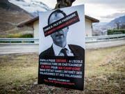 Wegen diesen diffamierenden Plakaten ist ein früheres SVP-Mitglied im Wallis zu einer Bewährungsstrafe verurteilt worden. (Bild: Keystone/OLIVIER MAIRE)
