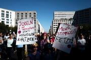 Demonstranten in Berlin. (Bild: EPA/KAMIL ZIHNIOGLU)