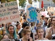 Bei 24 Grad im Oktober für Massnahmen gegen die Klimaerwärmung: Tausende demonstrieren am Samstag in Genf. (Bild: KEYSTONE/SALVATORE DI NOLFI)