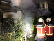 In einem Mehrfamilienhaus im aargauischen Neuenhof ist am Freitagabend ein Brand ausgebrochen. Die Feuerwehr musste das Haus evakuieren. Zwei Bewohner wurden zur Untersuchung ins Spital gebracht. (Bild: KAPO AG)