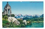 Auf der ungefähr 1910 produzierten Ansichtskarte «Aegerisee. Morgarten-Denkmal» wurde ein Alpenpanorama montiert und koloriert. (Bild: Privatbesitz Silvia Hess)