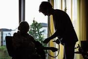 Im Kanton St.Gallen können 25 Prozent der zugelassenen Pflegeheime ihre Pflegekosten mit den Höchstansätzen nicht decken. (Bild: Christoph Schmidt/Keystone)