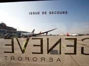 Eine Lufthansa-Maschine aus München musste am Samstagmorgen in Genf wegen Rauch im Cockpit notlanden. Die 38 Passagiere und vier Crewmitglieder wurden evakuiert. (Bild: KEYSTONE/SALVATORE DI NOLFI)