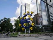 Euroskulptur vor dem alten Hauptsitz der Europäischen Zentralbank (EZB) in Frankfurt am Main. (Bild: KEYSTONE/EPA/ARMANDO BABANI)
