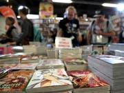 Die Frankfurter Buchmesse wurde am ersten Publikumstag am Samstag von Besucherinnen und Besuchern überrannt. (Bild: KEYSTONE/EPA/FRIEDEMANN VOGEL)