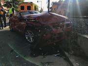 Bei einer Kollision zweier Fahrzeuge sind am Freitagnachmittag in Hölstein BL drei Menschen verletzt worden. Sie mussten alle hospitalisiert werden. An den Fahrzeugen entstand Totalschaden. (Bild: KAPO BL)