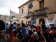 Protesten zum Trotz hat das italienische Innenministerium im Dorf Riace im Süden des Landes den Umzug von Flüchtlingen angeordnet. (Bild: KEYSTONE/EPA ANSA/MARCO COSTANTINO)