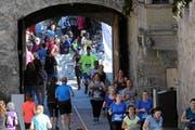Die Läufer rennen durch die Schlosspassage beim Schloss Hallwyl. (Bild: Andy Mettler/Swiss Image)