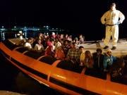 Nach etwa 35 Stunden Fahrt erreichen 70 Flüchtlinge den Hafen von Lampedusa. (Bild: KEYSTONE/EPA ANSA/ELIO DESIDERIO)