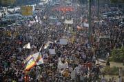 Über 100'000 Menschen tauchten zu einer Kundgebung gegen Rassismus in Berlin auf. (Bild: AP Photo/Markus Schreiber)