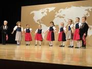 Die Kinder präsentieren stolz ihre Trachten. (Bild: Ruedi Wechsler, Ennetbürgen, 13. Oktober 2018)