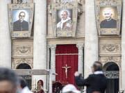 Während der Heiligsprechung von Erzbischof Oscar Romero (l.), Paul VI. (M.) und eines weiteren Seligen prangen deren Grossporträts an der Fassade des Petersdoms. (Bild: KEYSTONE/EPA ANSA/GIUSEPPE LAMI)