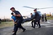Nepalesische Bergretter und Polizisten beim Abtransport der geborgenen Todesopfer. (Bild: Narendra Shrestha/EPA (Kathmandu, 14. Oktober 2018))