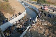 Einsatzkräfte bei der Bergung des verunglückten Transporters. (Evren Atalay/EPA/Shutterstock Out (Izmir, 14. Oktober 2018))