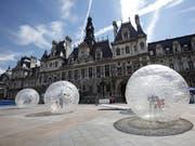 Soll im Winter für Obdachlose für Übernachtungen geöffnet werden: das prunkvolle Pariser Rathaus Hôtel de Ville in der Innenstadt. (Bild: KEYSTONE/EPA/LUCAS DOLEGA)