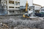 Ein Riesenmagnet löst die Armierungseisen aus dem abgebrochenen Beton. (Bild: Hans Suter)
