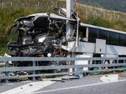 Auf der A2 bei Sigirino, wenige Kilometer nördlich von Lugano, in einen Pfosten geprallt: Eine Frau stirbt, 14 weitere Menschen werden verletzt. (Bild: KEYSTONE/TI-PRESS/GABRIELE PUTZU)