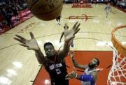 Clint Capela (links) springt nach dem Ball. (Bild: AP)