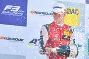 Mick Schumacher, Sohn von Michael Schumacher, während der Siegesfeier nach dem Rennen. (Bild: Uwe Anspach/DPA via AP (Hockenheim, 14. Oktober 2018))