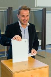 Luxemburgs Premierminister Xavier Bettel bei der Stimmabgabe. (Bild: Jean-Christophe Verhaegen/EPA (Luxemburg, 14. Oktober 2018))