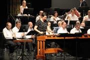 Die Marimba-Solistin Yvette Hutter überzeugte zusammen mit den Musikantinnen und Musikanten im «Marimba Concerto». (Bild: Paul Gwerder, Altdorf, 13. Oktober 2018)