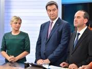 Die Spitzenkandidatin der Grünen, Katharina Schulze, der bayrische Ministerpräsident Markus Söder (CSU) und Hubert Aiwanger von den Freien Wählern. Die Grünen wurden nach Hochrechnungen mit 17,8 bis 17,9 Prozent der Stimmen zweitstärkste Kraft. (Bild: KEYSTONE/EPA POOL/LUKAS BARTH-TUTTAS / POOL)