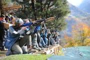 Beim Rütlischiessen über 300 Meter wird traditionsgesmäss kniend geschossen. (Bild: Urs Hanhart, 8. November 2017)