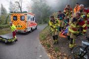 Angehörige der Freiwilligen Feuerwehr Zug bergen den Verletzten. (Bild: FFZ/Daniel Hegglin)
