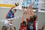 Der Luzerner Kevin Saar (links) versucht hier, den Dreierblock der Berner zu überwinden. (Bild: Corinne Glanzmann (Luzern, 14. Oktober 2018)
