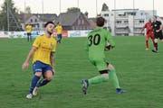 Bei dieser Szene ging Torhüter Claudio Bernet als Sieger hervor. Dreissig Minuten zuvor musste er sich beim Penalty von Andreas Lo Re (links) aber geschlagen geben. (Bild: Beat Lanzendorfer)
