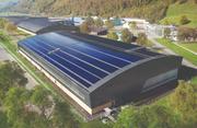 Die Industriehalle der Pilatus Flugzeugwerke AG in Stans ist nord- und südseitig ganzflächig mit Solarmodulen ausgestattet. (Bild: PD)