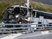 Beim schweren Unfall eines deutschen Reisecars am Sonntagmorgen im Tessin ist eine 27-jährige Frau gestorben. Nun wurde ein technisches Gutachten angefordert, um die Unfallursache zu klären. (Bild: KEYSTONE/TI-PRESS/GABRIELE PUTZU)