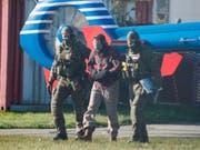 Mounir el Motassadeq (Mitte) wird mit verbundenen Augen aus einem Helikopter gebracht. (Bild: Keystone/AP dpa/DANIEL BOCKWOLDT)