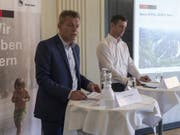 Zwei Männer im Rennfieber: Der Berner Gemeinderat Reto Nause (links) und Pascal Derron von Swiss E-Prix Operations werben in Bern für das Formel-E-Rennen vom Juni 2019. (Bild: Keystone/LUKAS LEHMANN)