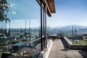 """Trotz herrlicher Aussicht und bestem Ausflugswetter bleiben die Stühle im Restaurant """"Säntisblick"""" leer. Das Lokal bleibt auf unbestimmte Zeit geschlossen. (Bild: Ralph Ribi)"""