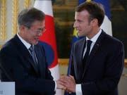 Sprachen über die atomare Abrüstung auf der koreanischen Halbinsel: der südkoreanische Präsident Moon Jae In und Frankreichs Staatschef Emmanuel Macron am Montag in Paris. (Bild: KEYSTONE/EPA REUTERS POOL/PHILIPPE WOJAZER / POOL)