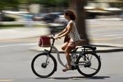 Die Flawiler Fahrradhändler verkaufen immer öfters Fahrräder mit elektronischer Unterstützung (Bild: KEYSTONE/Martial Trezzini)