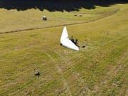 Nach der harten Landung liegt der motorisierte Deltaflügel auf einer Wiese im jurassischen Le Prédame: Der Pilot und dessen Tochter wurden verletzt. (Bild: Kapo Jura)