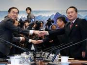 Südkoreas Vereinigungsminister Cho Myoung Gyon (l.) und der nordkoreanische Vorsitzende des Komitees für die Friedliche Wiedervereinigung des Landes, Ri Son Gwon, am Montag in Panmunjom. (Bild: Keystone/EPA/YONHAP / POOL)