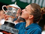 Die French-Open-Siegerin Simona Halep küsst den Pokal. (Bild: KEYSTONE/AP/MICHEL EULER)