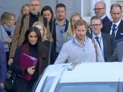 Prinz Harry und seine Frau Meghan sind am Montag zum Auftakt einer zweiwöchigen Reise durch die Pazifikregion in Australien gelandet. (Bild: KEYSTONE/AP Australian Pool)
