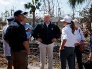 US-Präsident Donald Trump (Mitte) hat sich am Montag ein Bild von den Zerstörungen durch Hurrikan «Michael» gemacht. (Bild: KEYSTONE/AP/EVAN VUCCI)