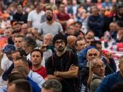 3000 Bauarbeiter legten am Montagvormittag ihre Arbeit nieder und versammelten sich in Bellinzona. Sie kämpfen unter anderem für die Rente mit 60. (Bild: KEYSTONE/TI-PRESS/GABRIELE PUTZU)