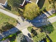 Blick von oben: Heute fahren die Velofahrer auf dem Radweg über die Werfstrasse (oben links) in Richtung Seeburgpark. Künftig sollen sie aus der Promenadenstrasse (unten links) kommen. Oben sieht man den Werkhof der Stadt Kreuzlingen. (Bild: Donato Caspari)