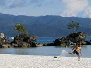 Das Reisemagazin «Condé Nest Traveler» hatte Boracay zur schönsten Insel der Welt gekürt. (Bild: Keystone/AP/AARON FAVILA)