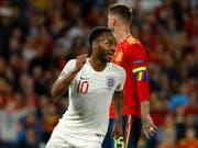 Englands Stürmer Raheem Sterling jubelt über einen seiner zwei Treffer gegen Spanien (Bild: KEYSTONE/AP/MIGUEL MORENATTI)