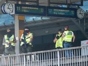 Polizisten auf einem Perron des Hauptbahnhofs in Köln. Eine Geiselnahme forderte am Montag vier Verletzte. (Bild: KEYSTONE/dpa/MARIUS BECKER)