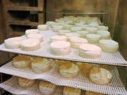 In der Schweiz sind in den letzten Jahren immer wieder mit Listerien verseuchte Lebensmittel aus dem Verkauf zurückgerufen worden. Eine Epidemie gab es 2005 im Kanton Neuenburg wegen «Tomme»-Weichkäsen. Bereits damals starben zwei Menschen. (Bild: KEYSTONE/SANDRO CAMPARDO)